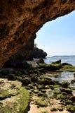 Zeegezicht op rotsachtig kustportret met blauwe hemel stock foto