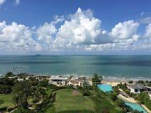 Zeegezicht over Beachfront-Bezit Royalty-vrije Stock Fotografie