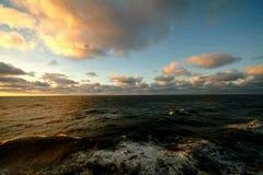Zeegezicht, pluizige wolken Royalty-vrije Stock Afbeeldingen