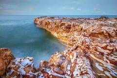 Zeegezicht - Rotsen met oceaanmening in Nightcliff, Noordelijk Grondgebied, Australië stock fotografie