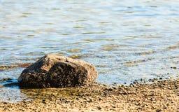 Zeegezicht - steen in water overzeese kustaard Royalty-vrije Stock Fotografie