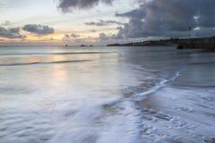 Zeegezicht in Swanage met golven op kust Royalty-vrije Stock Fotografie