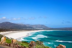 Zeegezicht, turkooise oceaanwatergolven, blauwe hemel, witte van het panoramachapmans van het zand eenzame strand Piek de Aandrij royalty-vrije stock foto's