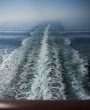 Zeegezicht van een kielzog in turkooise overzees stock fotografie