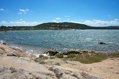 Zeegezicht van een strand op het Eiland Caprera Stock Afbeelding