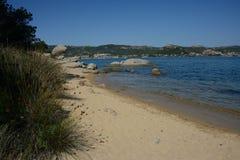 Zeegezicht van een zandig strand royalty-vrije stock foto