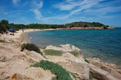 Zeegezicht van een zandig strand stock fotografie
