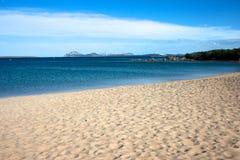 Zeegezicht van een zandig strand Stock Foto's