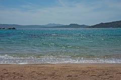 Zeegezicht van een zandig strand, blauwe overzees stock fotografie