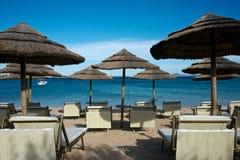 Zeegezicht van een zandig strand van Liscia Ruja met strandparaplu's stock foto's