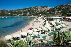 Zeegezicht van een zandig strand met ligstoelen en strandparaplu's Royalty-vrije Stock Foto