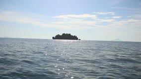 Zeegezicht van Eiland bij in Thailand stock videobeelden