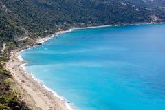 Zeegezicht van het Strand van Kokkinos Vrachos met blauwe wateren, Lefkada, Ionische Eilanden, Griekenland royalty-vrije stock afbeeldingen
