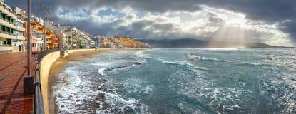 Zeegezicht van kustlijn in onweersweer Las Palmas, Gran Canaria Royalty-vrije Stock Afbeeldingen