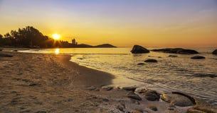 Zeegezicht van Mae Pim-strand tijdens zonsopgang in Rayong pro stock foto's