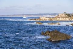 Zeegezicht van Monterey-Baai bij Zonsondergang in Vreedzaam Bosje, Californië, de V.S. Royalty-vrije Stock Foto's