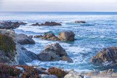 Zeegezicht van Monterey-Baai bij Zonsondergang in Vreedzaam Bosje, Californië, de V.S. Stock Afbeelding