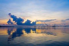 Zeegezicht van zonsopgang met kleurrijke hemel in Pakpar, Pattalung, Zuidelijk van Thailand Stock Foto