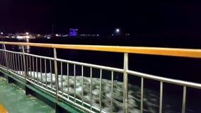 Zeegezichtmening van veerboot bij nacht stock footage