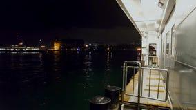 Zeegezichtmening van veerboot bij nacht stock videobeelden