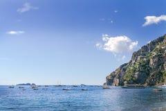Zeegezichtoverzees en de baai met boten, jachten en schepen De baai, de overzeese van het baaiparkeren schepen Overzees Baaigebie royalty-vrije stock foto