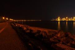 Zeehaven en dijk in Heraklion met zwarte hemel Stock Afbeeldingen