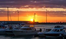 zeehaven met jachtjachten bij zonsondergang stock foto
