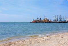 Zeehavenmening Schepen bij de pijler van het Overzees van Azov, de Oekraïne, zeegezicht, aardachtergrond, exemplaarruimte stock afbeelding
