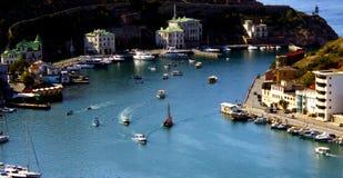 Zeehavenstad door het overzees Jachten op de pijler in het blauwe overzees stock foto