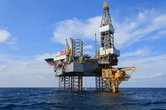 Zeejack up drilling rig over het Productieplatform Royalty-vrije Stock Foto's