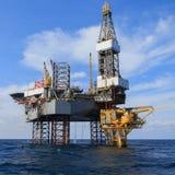 Zeejack up drilling rig over het Productieplatform Stock Foto's