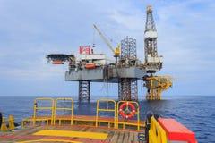 Zeejack up drilling rig over het Productieplatform in Th Stock Afbeeldingen