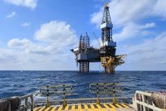 Zeejack up drilling rig over het Productieplatform in Th Royalty-vrije Stock Foto's