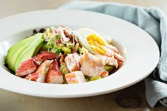 Zeekreeft cobb salade stock afbeeldingen