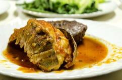 Zeekreeft met saus op witte plaat die in fine montages dinning stock foto's