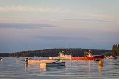 Zeekreeftboten bij dageraad in Vriendschap, Maine stock foto's