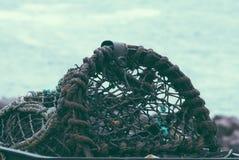 Zeekreeftpot of kooi in voorgrond Stock Afbeelding