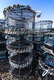 Zeekreeftpotten op Hastings-visserijkwart stade in Rockanore in East Sussex, Engeland stock afbeeldingen