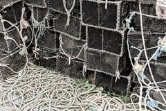 Zeekreeftpotten op Havenquayside worden gestapeld -5 die royalty-vrije stock afbeeldingen
