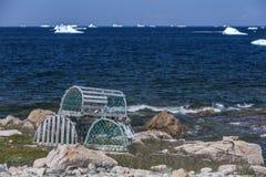 Zeekreeftvallen en ijsbergen Royalty-vrije Stock Afbeeldingen