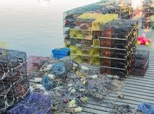 Zeekreeftvallen met kabel en boeien op een pijler worden gestapeld die Royalty-vrije Stock Fotografie