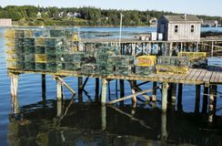 Zeekreeftvallen op een pijler klaar voor gebruik worden gestapeld dat stock afbeelding