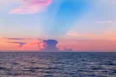 Zeekust en mooi na de achtergrond van de zonsonderganghemel royalty-vrije stock afbeeldingen