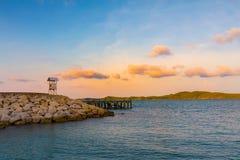 Zeekusthorizon tijdens zonstijging royalty-vrije stock foto