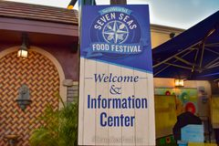 Zeeleeuw die voor voedsel in Marine Theme Park op Internationaal Aandrijvingsgebied 2 gillen royalty-vrije stock foto's
