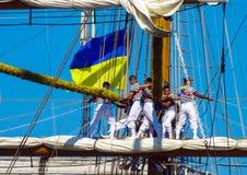 Zeelieden die aan optuigen werken royalty-vrije stock afbeelding