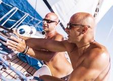 Zeelieden die aan zeilboot werken royalty-vrije stock fotografie