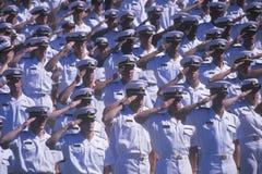 Zeelieden die, de Zeeceremonie van de Academiegraduatie, 26 Mei, 1999, Annapolis, Maryland groeten royalty-vrije stock afbeelding