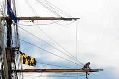 Zeeman die aan de mast van het lange schip werkt stock afbeelding