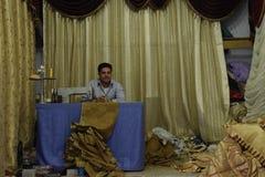 Zeeman het stellen voor de camera in zijn winkel Amman, Giordany Stock Foto